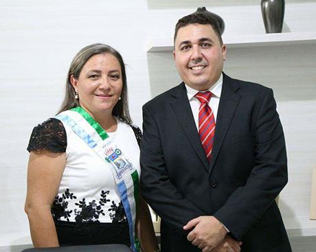 Prefeita de Esperantina viaja sem transmitir cargo e é denunciada ao TCE PI
