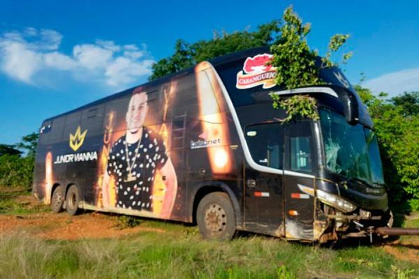 Ônibus do cantor Junior Vianna sofre acidente na BR-116; veja o vídeo