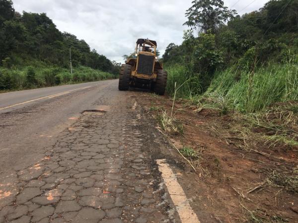 Cansados de esperar pelo governo, agricultores fazem manutenção na PI 247