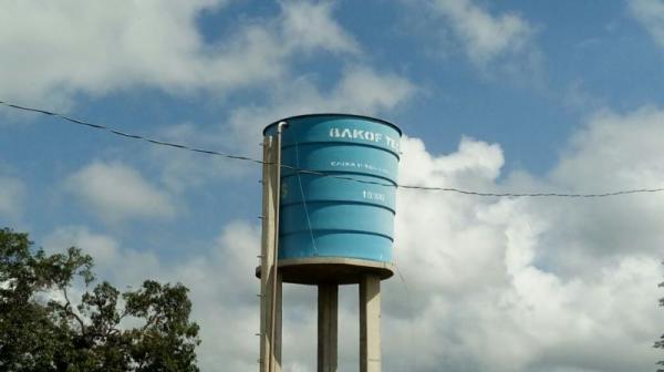 Caixa d'água sem tampa e fezes de pássaros; prefeitura pede para aguardar só mais um pouco