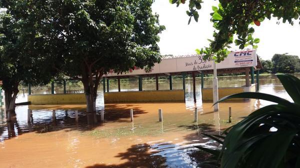 Rio Marataoan enche rapidamente e alaga Balneário Flutuante