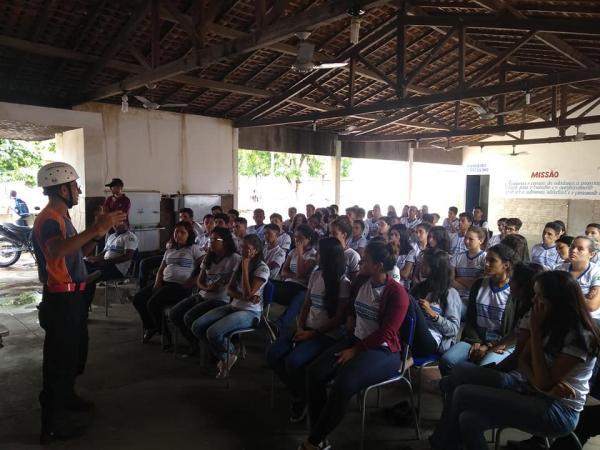 Cheias: Estudantes recebem instruções do GAV e se tornam voluntários