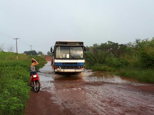 Região dos Três Caminhos tem estrada inundada pelas águas