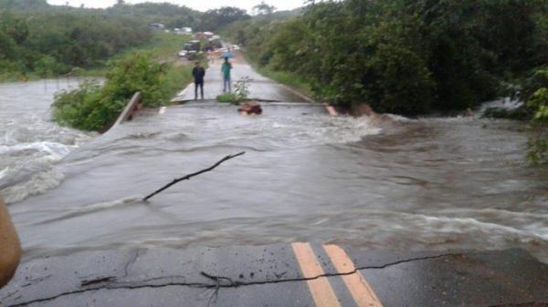 Trecho da BR-222 alaga e interrompe a passagem de veículos no Piauí