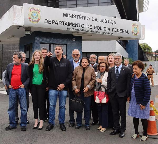 Comissão de Direitos Humanos do Senado visita Lula na PF para verificar condições da prisão
