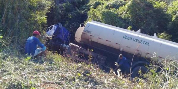 Carreta cai de 'ribanceira' na BR 230 e motorista saiu com ferimentos leves