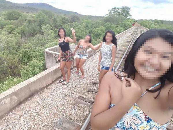 Jovens caem de ponte  ao tirar selfie e sofrem fraturas