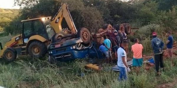 Caminhão carregado de tijolos tomba e deixa 2 mortos no Piauí