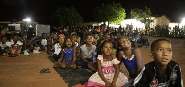 Van movida a energia solar leva Cinema ao interior de São João do Piauí