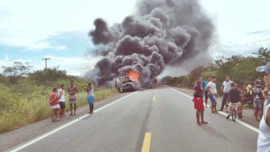 Caminhão pega fogo na BR 407 perto de Geminiano Piauí