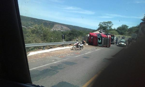 Caminhão com carne avaliada em R$ 300 mil tomba na BR 316, em Picos