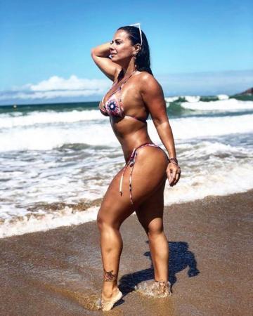 Viviane Araújo arranca elogios dos fãs no litoral da Bahia