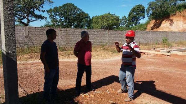 Prefeito de Barras PI fiscaliza andamento das obras da Escola Modelo