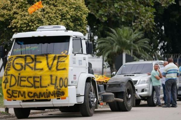 Governo e caminhoneiros fecham acordo; protesto é suspenso por 15 dias