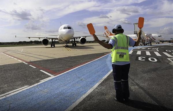 PRF escolta carretas com querosene de avião