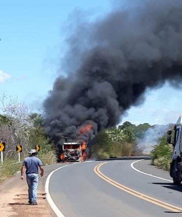Caminhão é consumido pelas chamas na BR 343