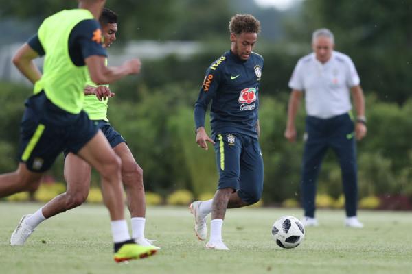 Tite espera por Neymar para escalar time ideal pela 1ª vez