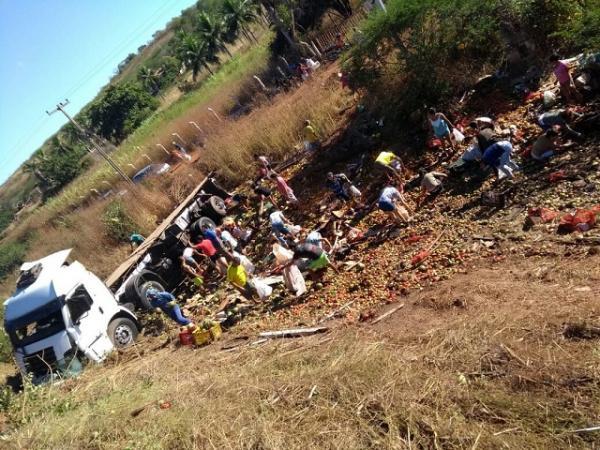 Caminhão carregado de frutas e verduras tomba na BR-407, Sul do Piauí