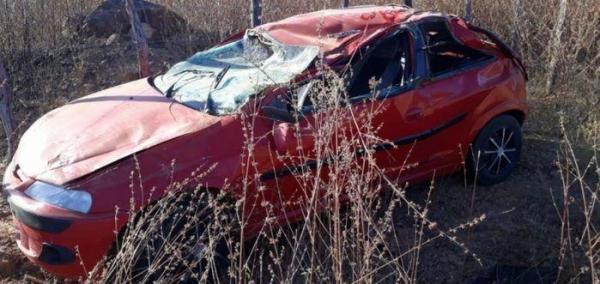 Veículo tomba na PI 142 e deixa duas pessoas feridas