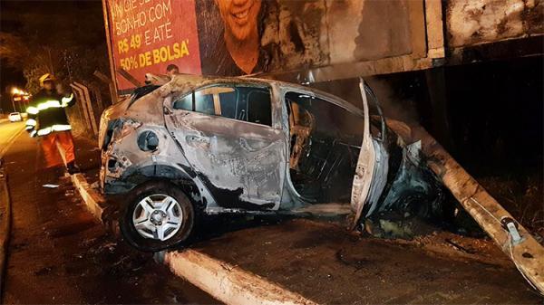 Carro bate em poste e pega fogo em Teresina; veja vídeo