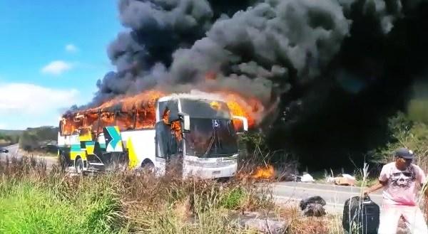 Ônibus que saiu do DF com destino ao Piauí pega fogo na BR 135