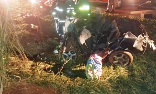Pai, mãe e três filhos morrem em acidente na BR-369, no PR