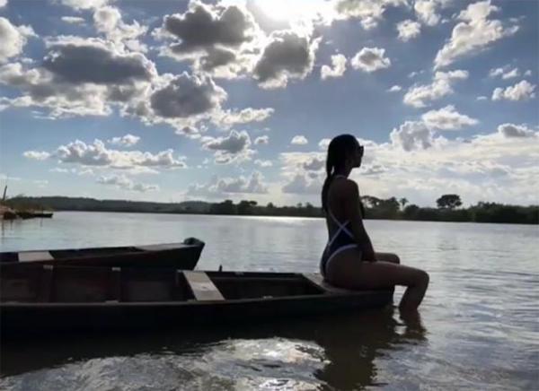 Modelo Laís Ribeiro pousa no rio Parnaíba