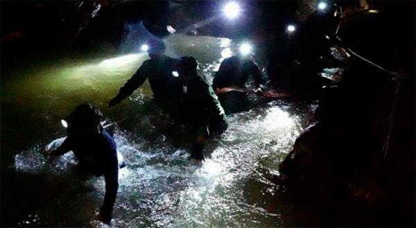 Equipe de resgate retira quinto jovem de caverna na Tailândia