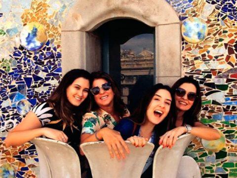Fátima Bernardes curte dia de passeio com as filhas em Barcelona