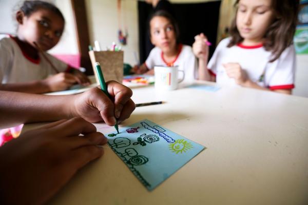 Defasagem entre idade e série é quatro vezes maior em escolas públicas