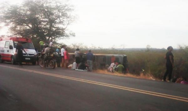 Acidente com ônibus deixa um morto e pelo menos 40 passageiros feridos