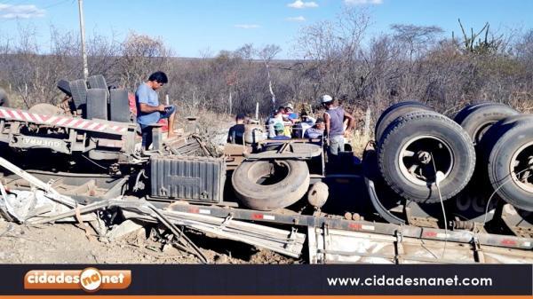 Motorista perde o controle e caminhão com carga de madeira tomba na BR-316