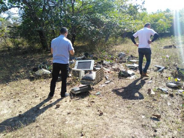 Lixo eletrônico é despejado às margens do riacho Santo Antonio