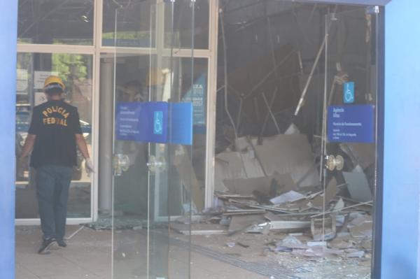 Bando explode agência da Caixa Econômica em Altos e foge levando reféns