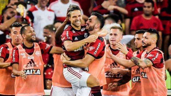 Flamengo vence o Vitória no Maracanã e cola nos líderes