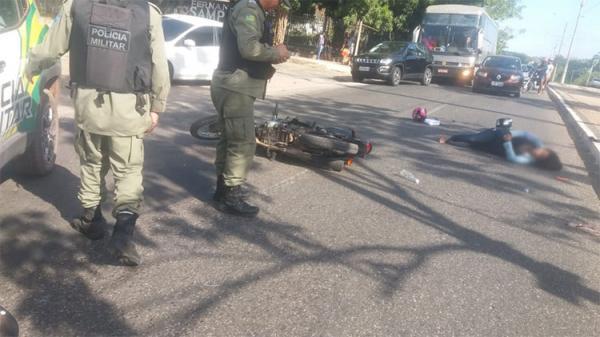Moto na contramão colide em viatura da PM e duas pessoas ficam feridas