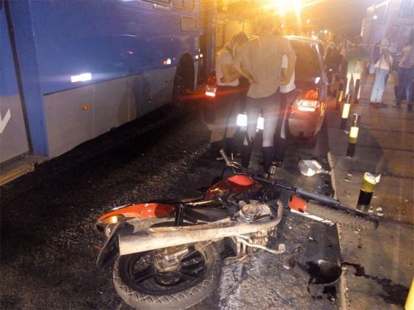 Suspeito de assalto morre ao colidir com ônibus na capital