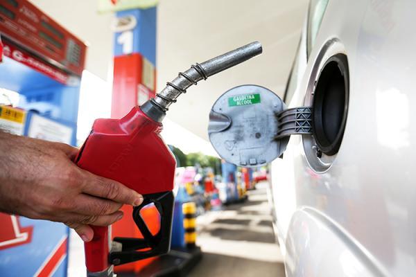 Preço da gasolina bate novo recorde e chega ao maior valor em 10 anos