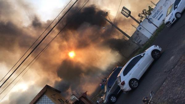 Incêndio destrói depósito de sucata e fumaça assusta moradores no Morada do Sol