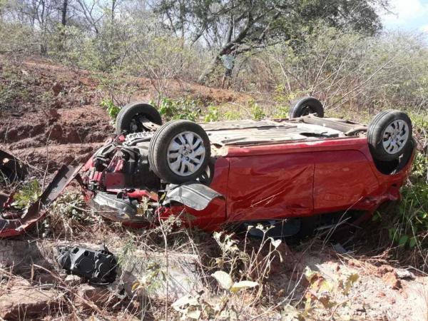 Casal fica ferido após carro sair da pista e capotar em rodovia na região de Oeiras