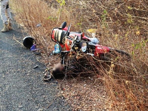 Homem morre ao colidir moto em placas de advertência na BR-402