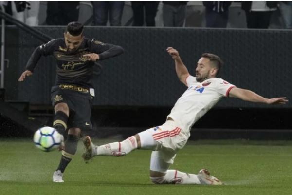 Com dois gols de Paquetá, Corinthians perde do Flamengo no Itaquerão