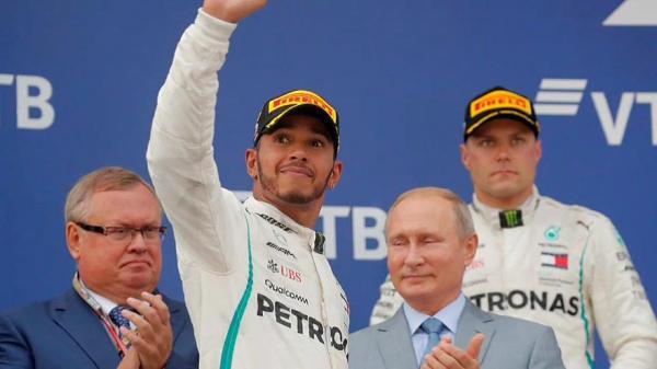 Ferrari se atrapalha, Hamilton aproveita e garante a pole em Suzuka