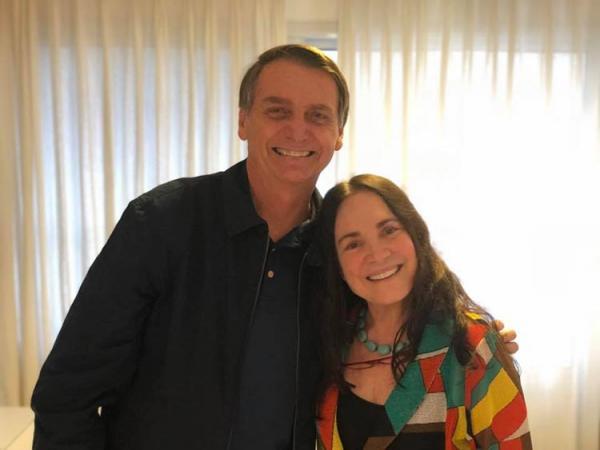 Atriz Regina Duarte visita Jair Bolsonaro em casa