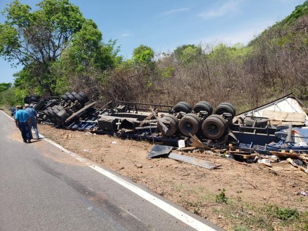 Carreta com produto inflamável tomba na BR 135, no Sul do Piauí