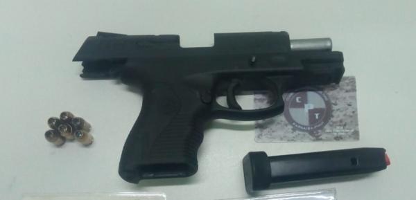 Homem é preso por exibir arma de fogo em bar no litoral do Piauí