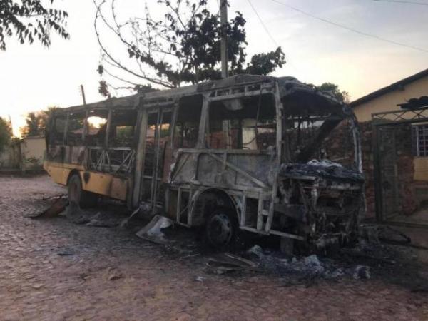 Ônibus escolar é incendiado em Cristino Castro, Sul do Piauí