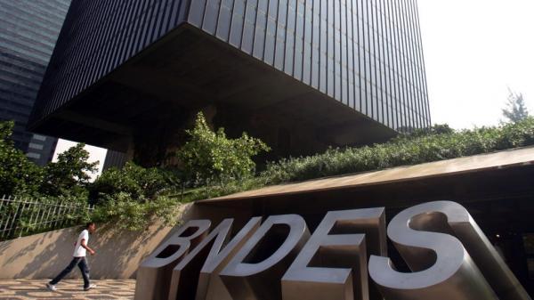 Bolsonaro diz que vai abrir 'caixa-preta' do BNDES