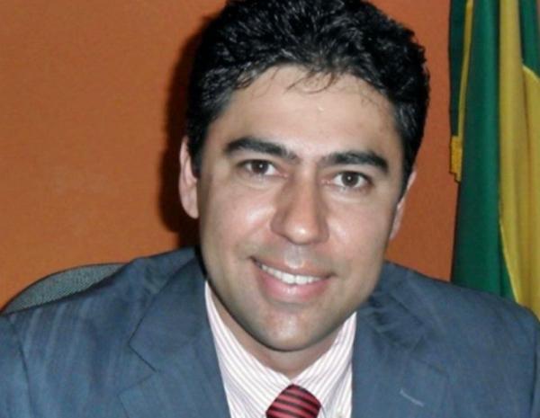 Ex-prefeito é confundido com ladrão e morto pelo pai ao tentar entrar em sua residência