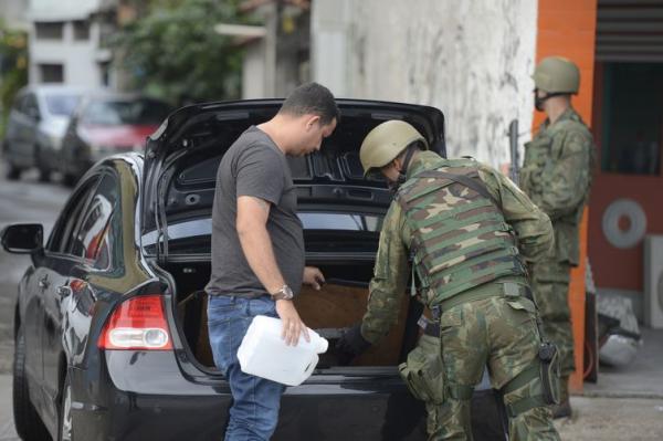 Policial militar morre em troca de tiros com Exército no RJ